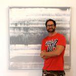 Zeigt den Künstler Pete Schroeder vor seinem neuen Fertig gestellten Gemälde Knallgrau